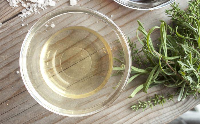 Le vinaigre pour effacer les taches et cernes de sueur.