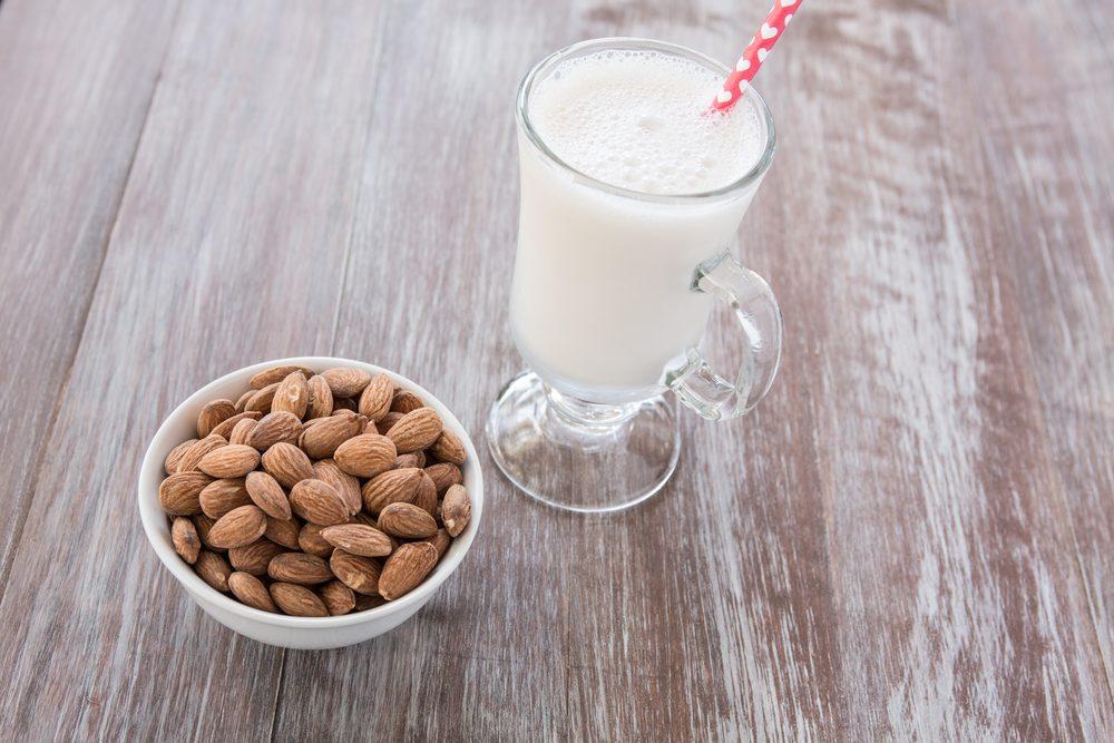 Le lait d'amande et le lait de noix de coco (sans sucre)