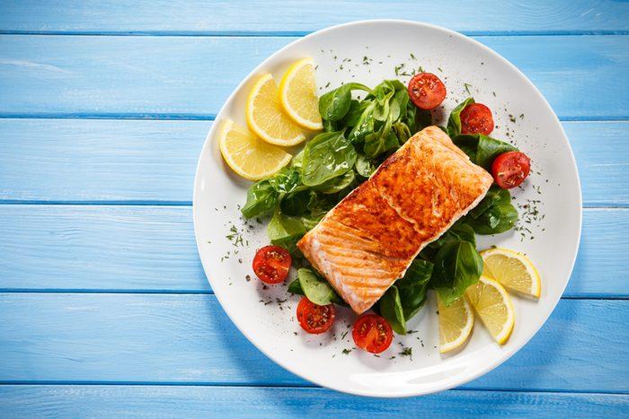 Assiette de légumes avec un filet de saumon.