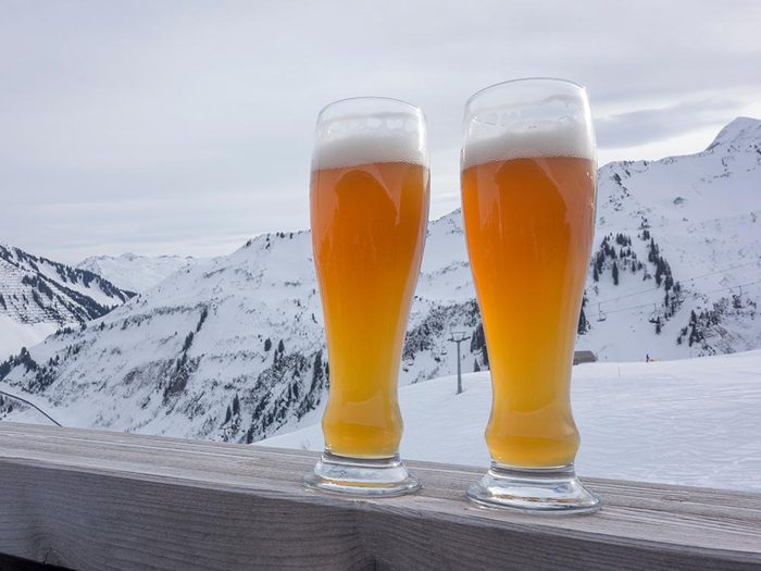 Dégustez une bière à la brasserie du Mont Blanc.