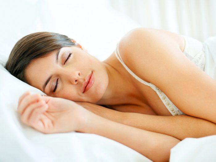 La camomille peut vous aider à vous détendre et facilite le sommeil.