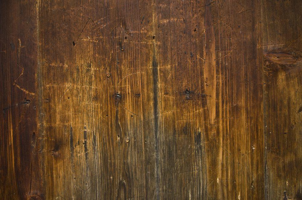 Utilisez du vinaigre pour faire disparaître les égratignures sur vos meubles.