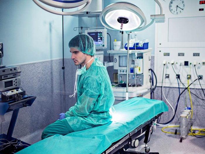 Combien d'entre vous connaissent un chirurgien qui ne devrait pas exercer parce qu'il est trop dangereux?