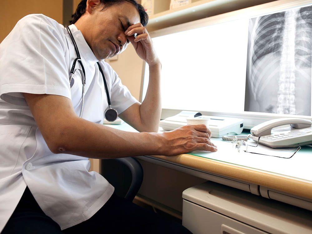 Un chirurgien peut commettre des erreurs à cause de la fatigue et l'impatience.