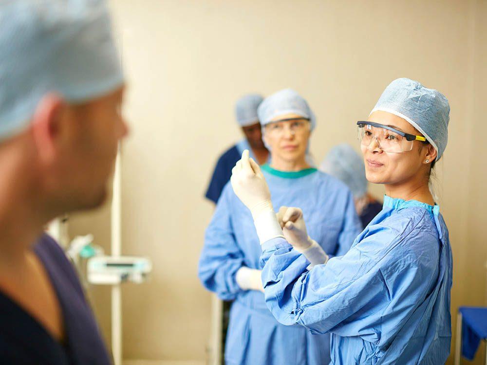 Votre chirurgien pourrait vous dire qu'il vaut mieux opérer tout de suite, même si rien ne presse.