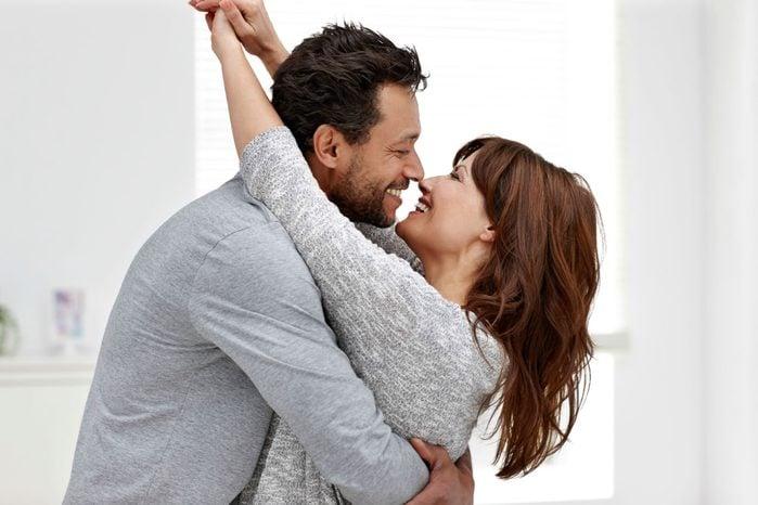 couple-heureux-apres-travail-affection