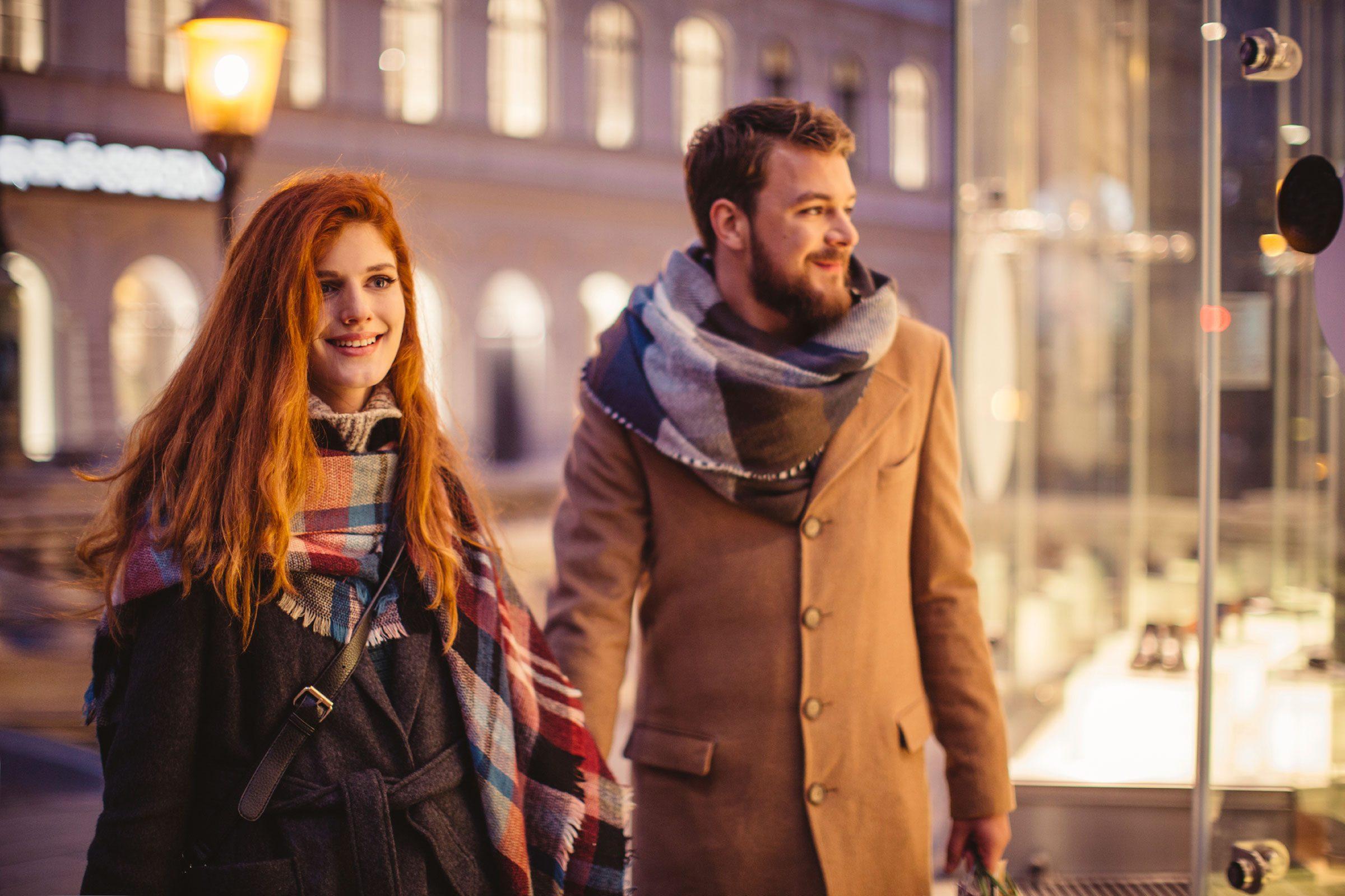 couple-heureux-apres-travail-marche-soir
