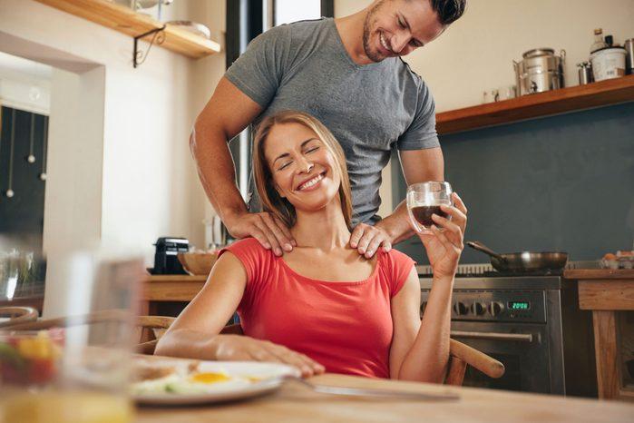 couple-heureux-apres-travail-massage