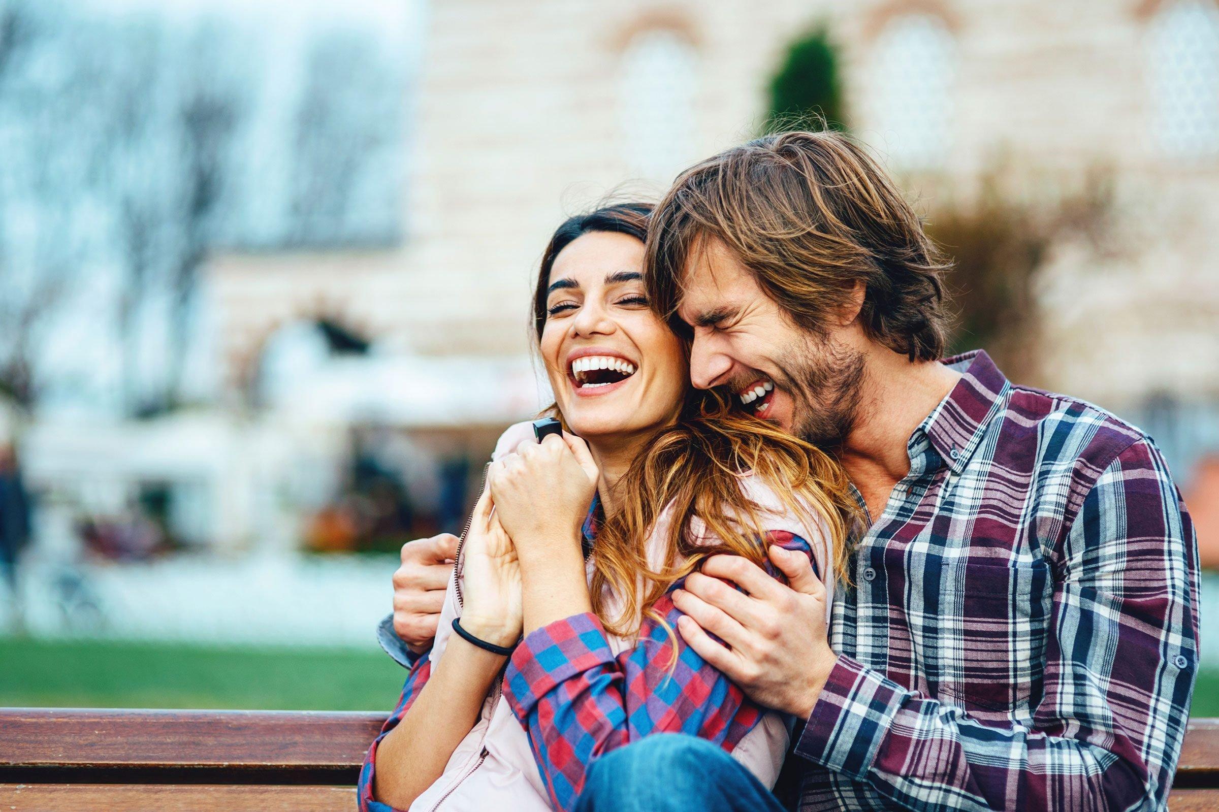 couple-heureux-apres-travail-rire
