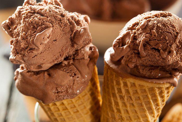 Cornets de crème glacée au chocolat.