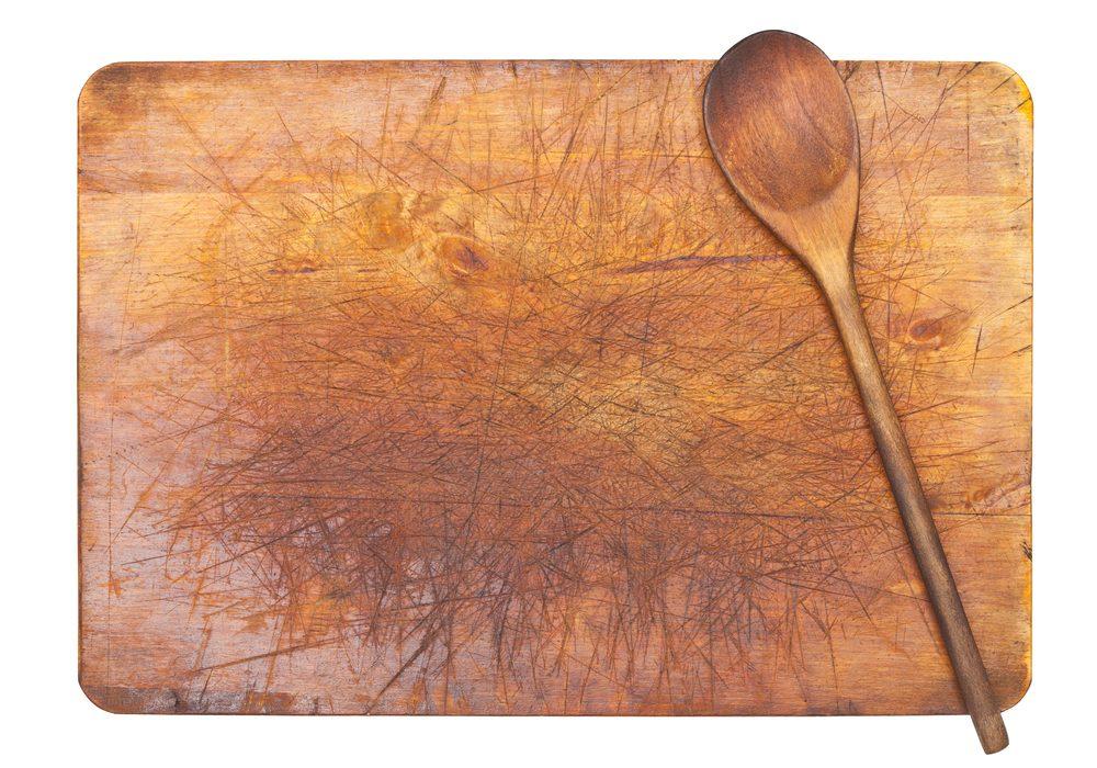 Laver votre planche à découper avec du vinaigre.