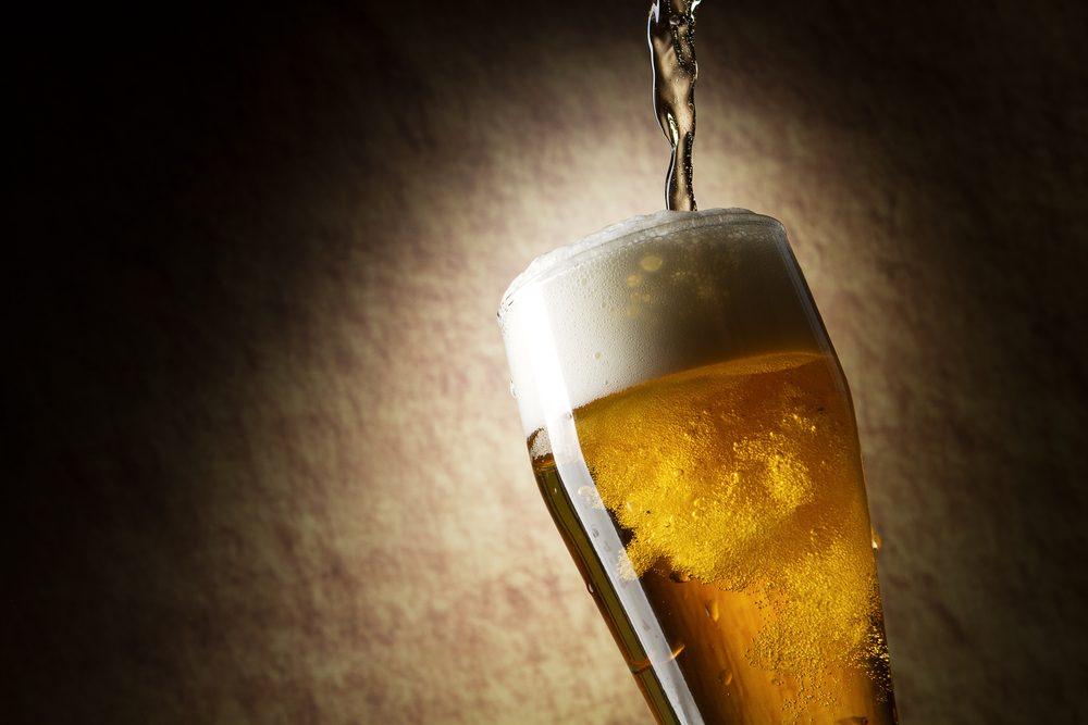 Enlevez les tapis des tapis avec un truc efficace: de la bière!