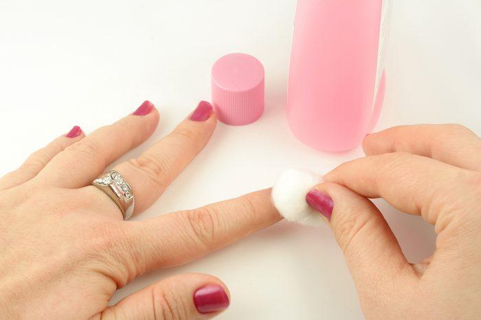 Du dissolvant de vernis à ongles pour faire disparaître la tache d'encre.