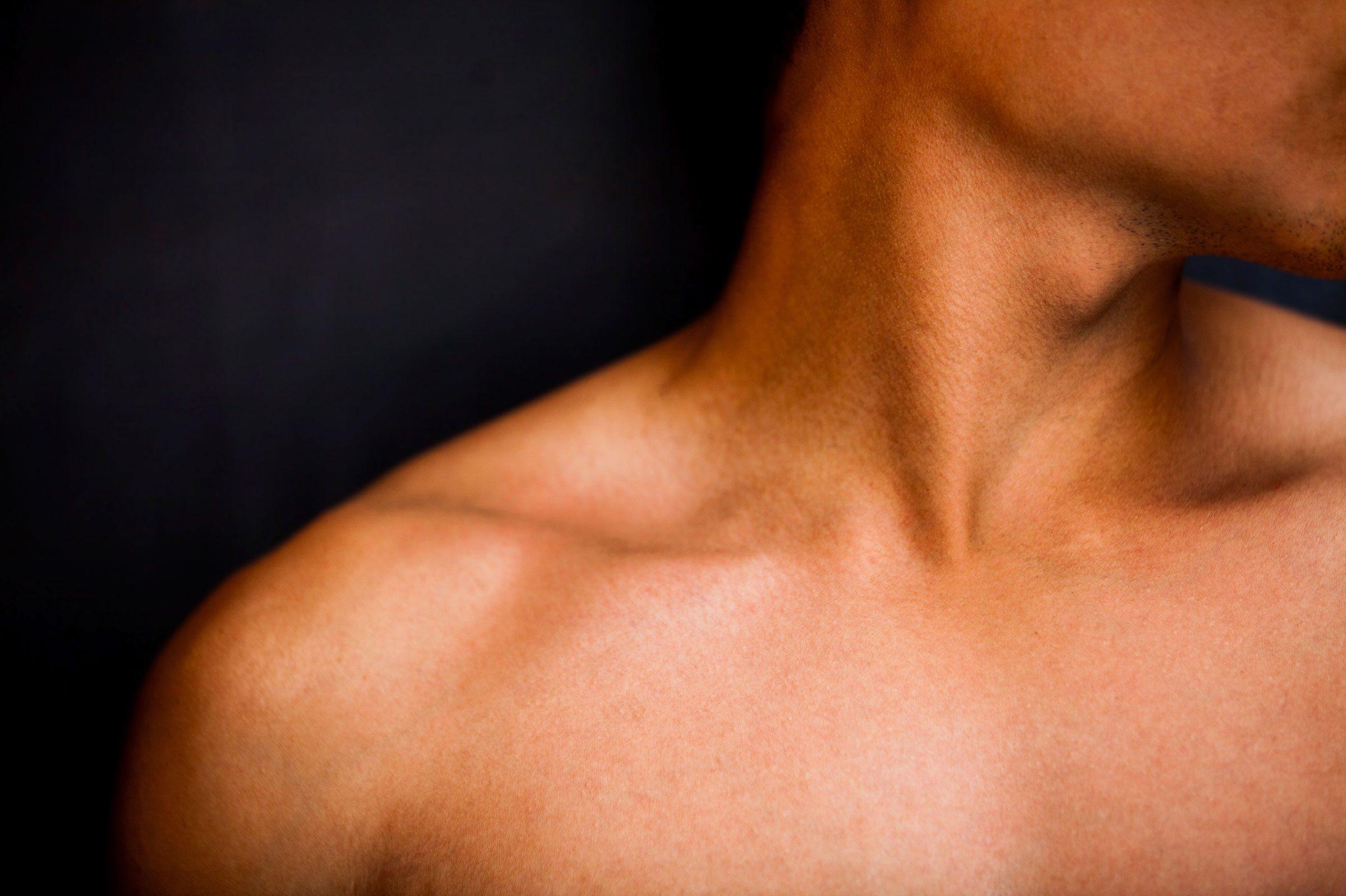 Mieux vaut se couvrir les mains, le cou et la poitrine pour avoir une belle peau.