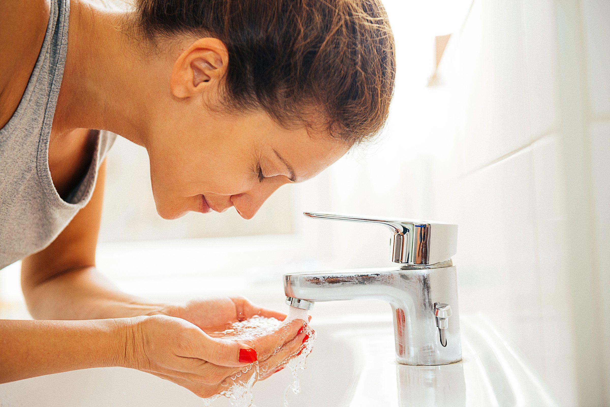 Les gens avec une belle peau ont pris l'habitude de se laver le visage avec un nettoyant doux.