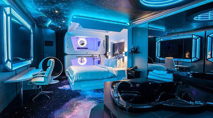 Chambre thématique de l'espace au Fantasyland hotel.