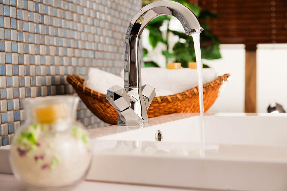 Utilisez le vinaigre pour laver le lavabo et la salle de bain.