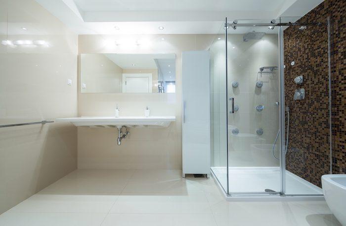 Utilisez le vinaigre pour laver la douche.
