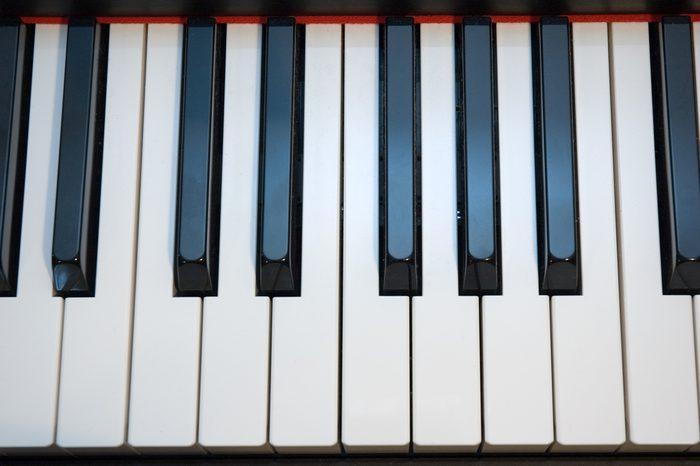 Utilisez du vinaigre pour laver les touches du piano.