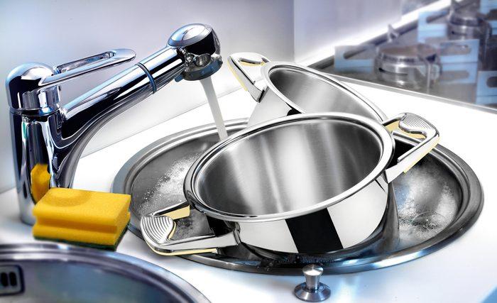 Le vinaigre pour laver les poêles.