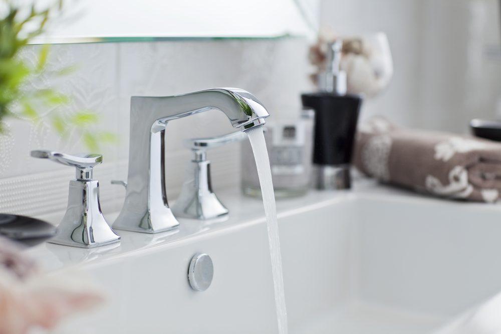 Le vinaigre est idéal pour laver les robinets et la robinetterie.