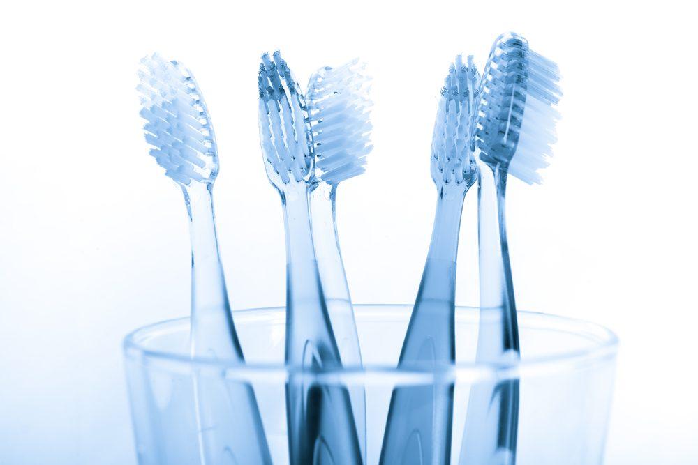 Utilisez le vinaigre pour laver les verres de vos brosses à dents.