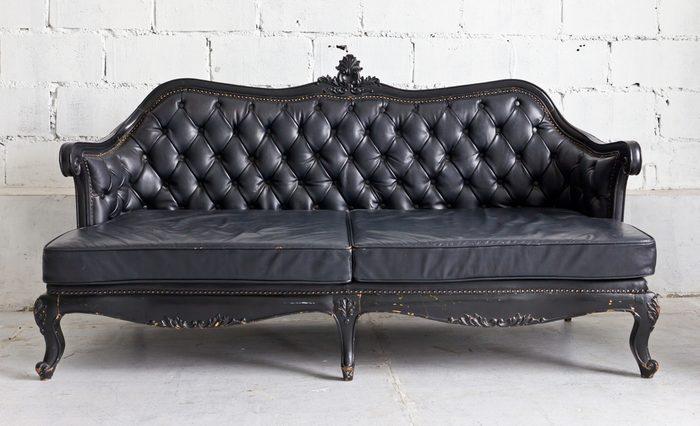 Utilisez du vinaigre pour revitaliser vos meubles en cuir.