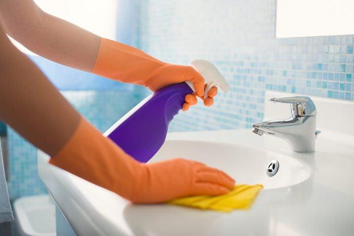 Le vinaigre est efficace pour contrer la moisissure dans la salle de bain.