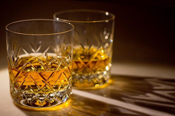 Utilisez le vinaigre pour nettoyer les verres et le crystal.