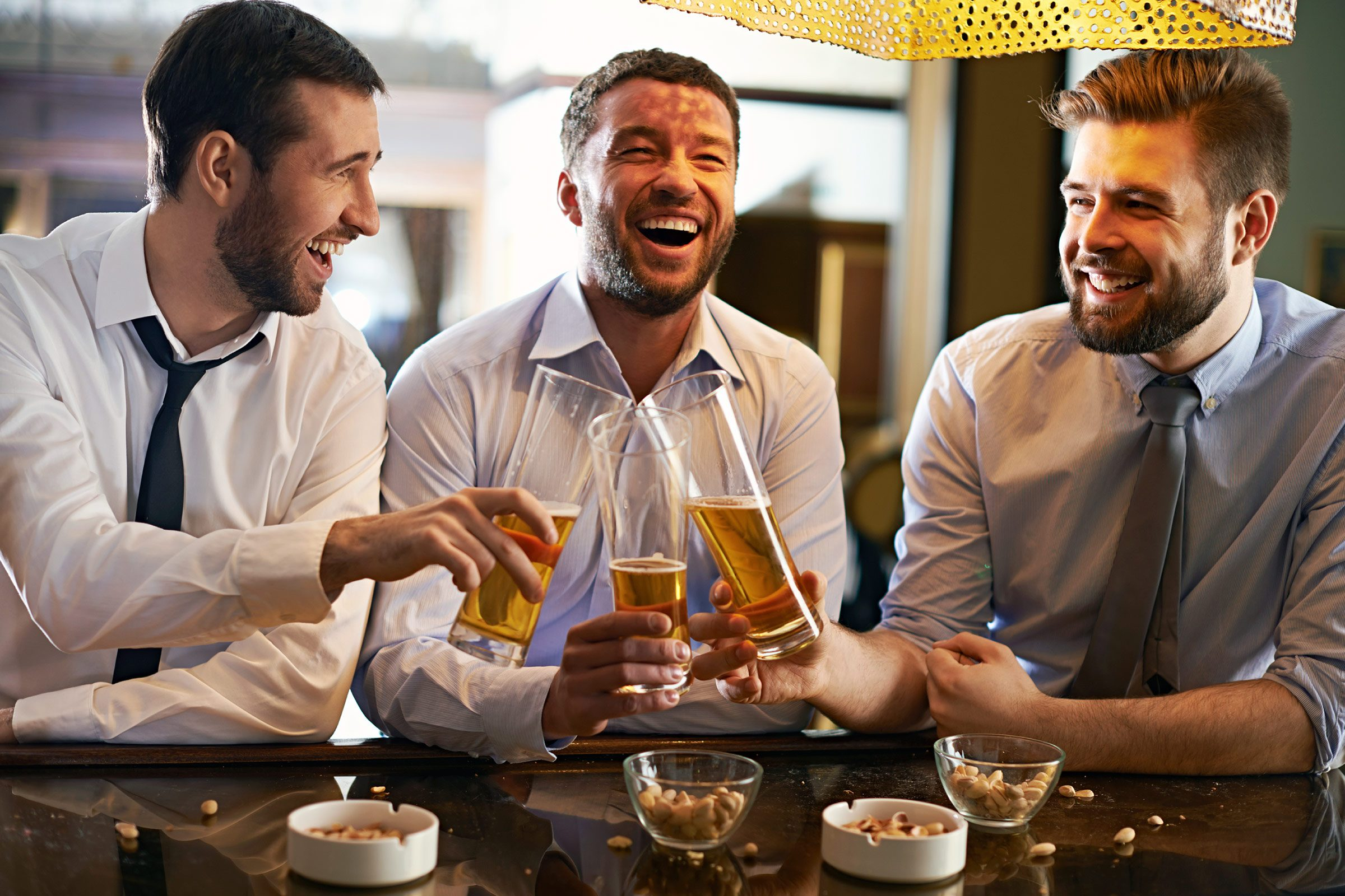 Indice que votre conjoint ne vous aime plus: ses amis passent avant vous.