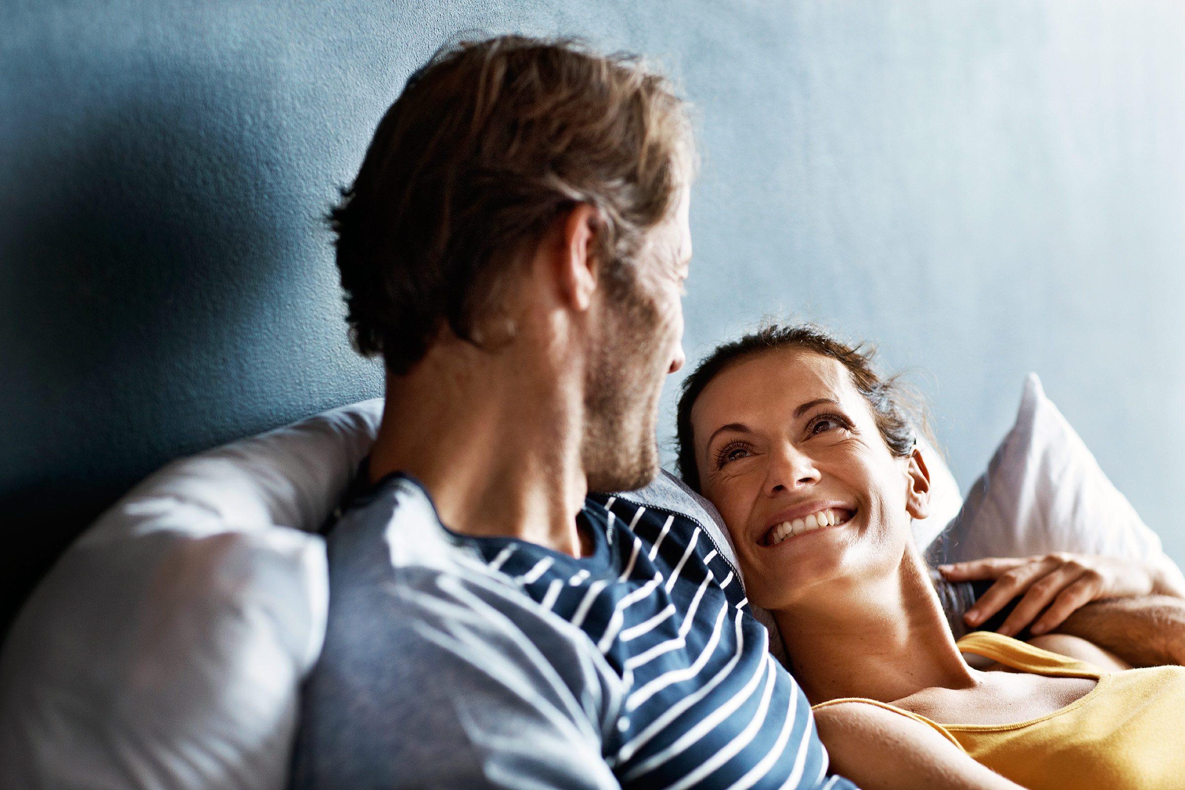 Indice que votre conjoint ne vous aime plus: il évite le contact visuel.