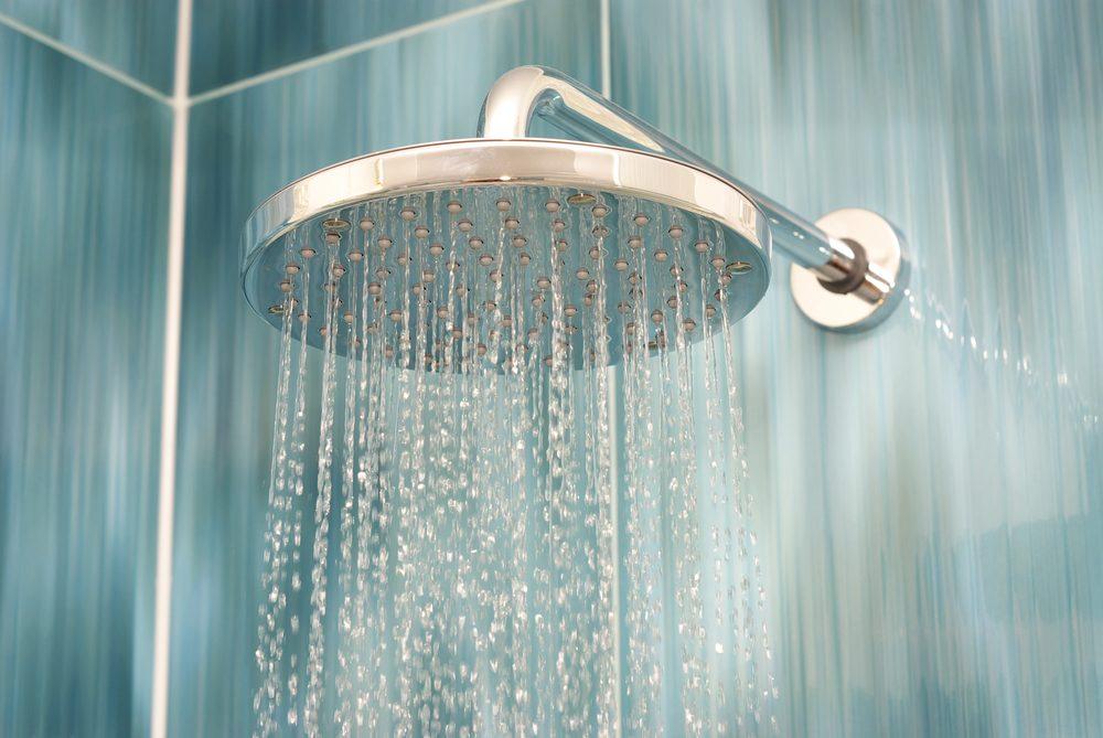 Utilisez le vinaigre pour laver la pomme de douche.