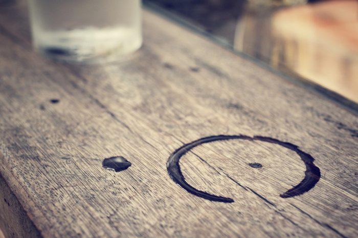 Utilisez du vinaigre pour les taches d'eau sur vos meubles.