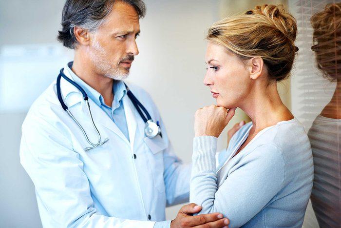 Un docteur donne ses recommandation à une patiente.