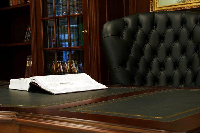 Utilisez du vinaigre pour les excès de cire sur vos meubles.