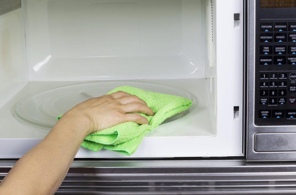 Utilisez du vinaigre pour laver le micro-ondes.