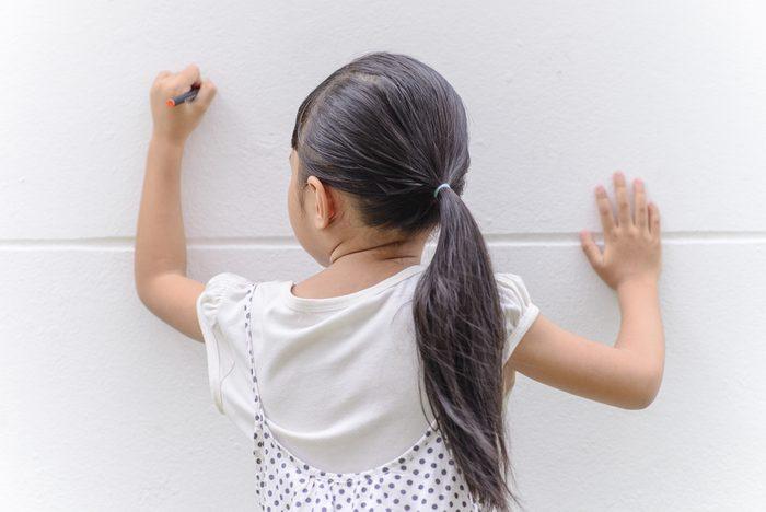 Utilisez du vinaigre pour effacer les taches d'encre sur les murs.