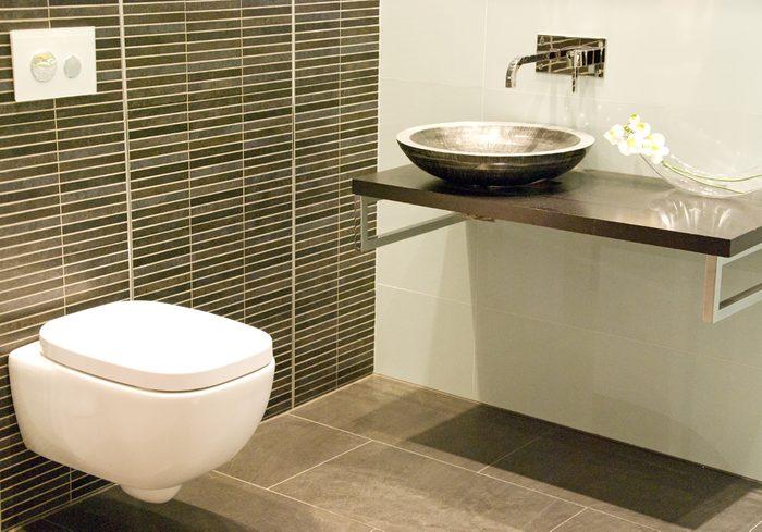 Lavez la cuvette des toilettes avec du vinaigre.