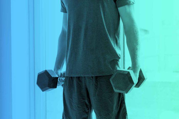 Attention aux exercices avec des haltères!