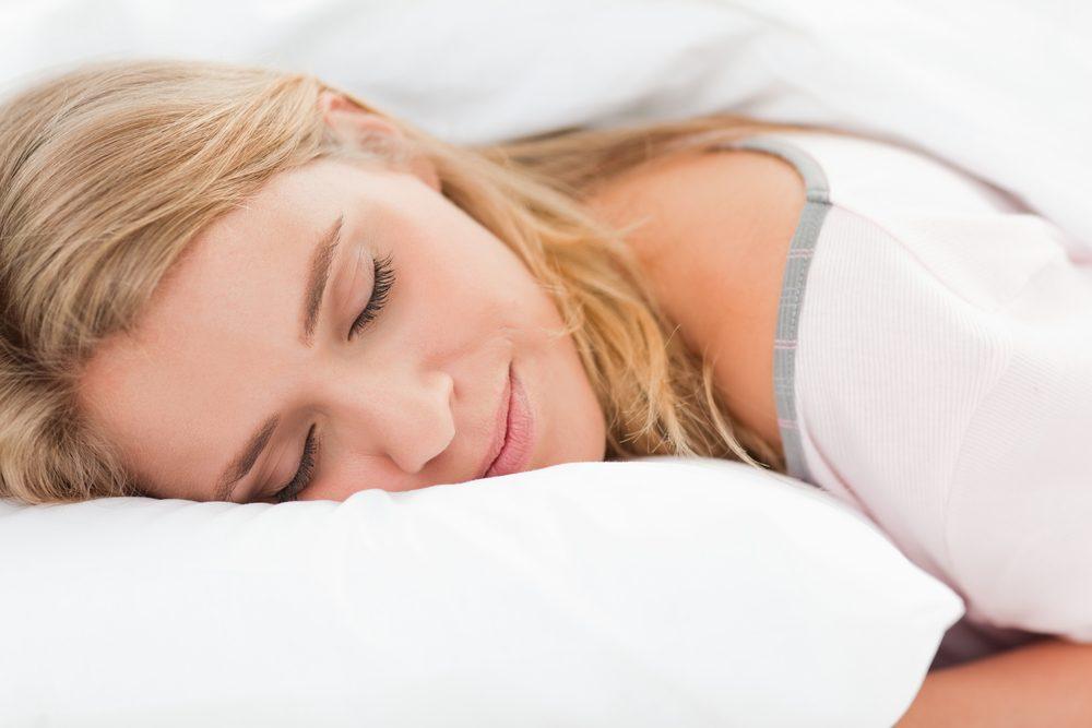 Pour une peau jeune et éclatante, assurez-vous de dormir assez.