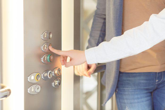 Règle de politesse et de savoir-vivre: Laissez les gens descendre de l'ascenseur.