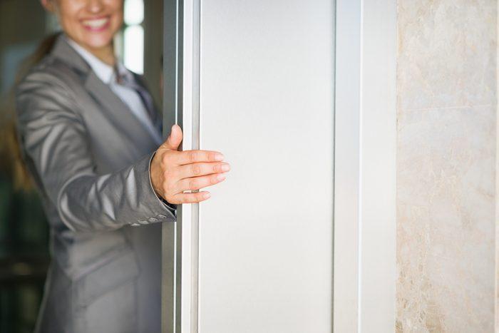 Règle de politesse et de savoir-vivre: Celui ou celle qui arrive en premier tient la porte.