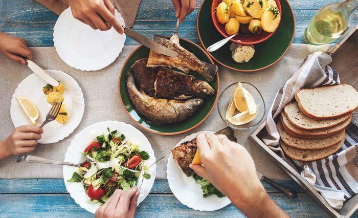 Règle de politesse et étiquette: Les plats se passent dans le sens antihoraire.