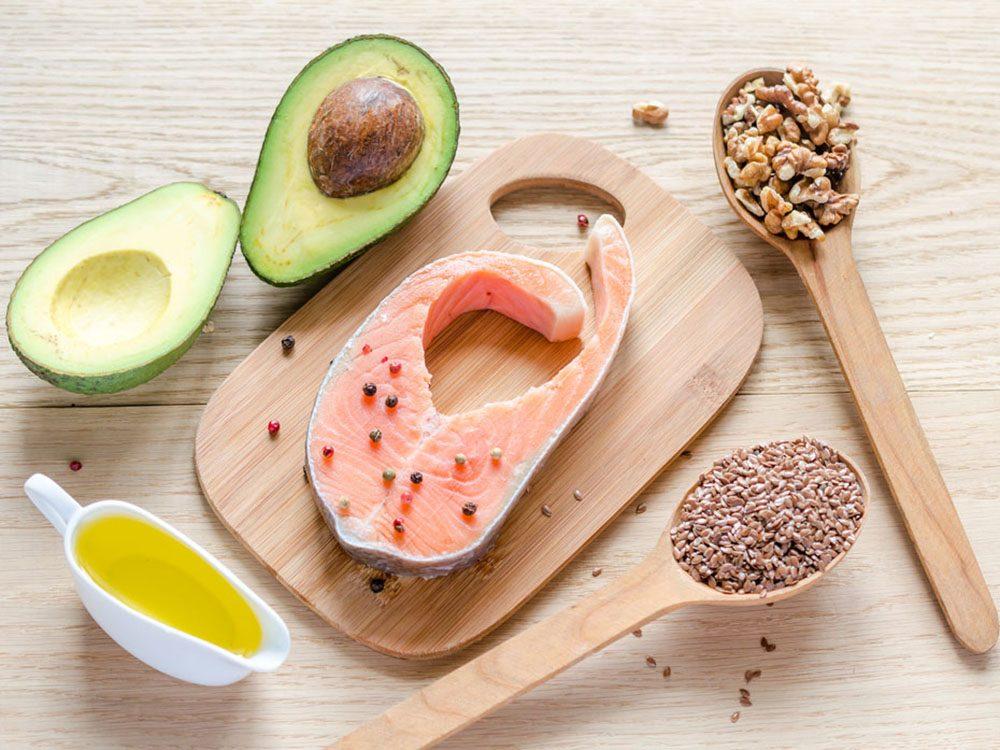 Combattre l'acné avec des aliments riches en oméga-3.