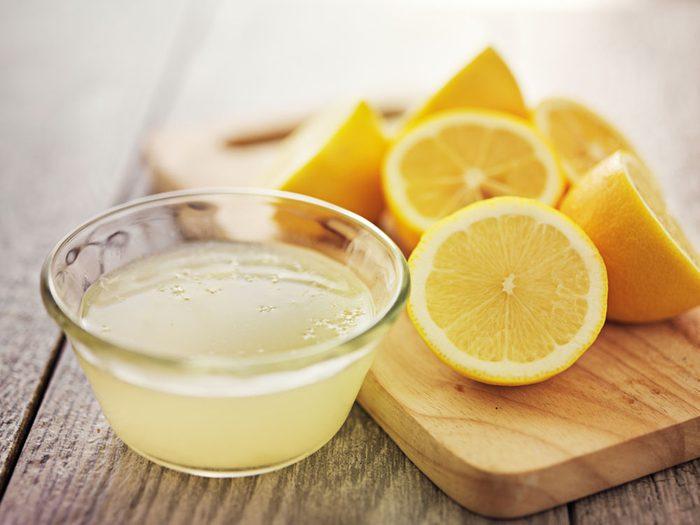 Contrer l'acné avec du citron.