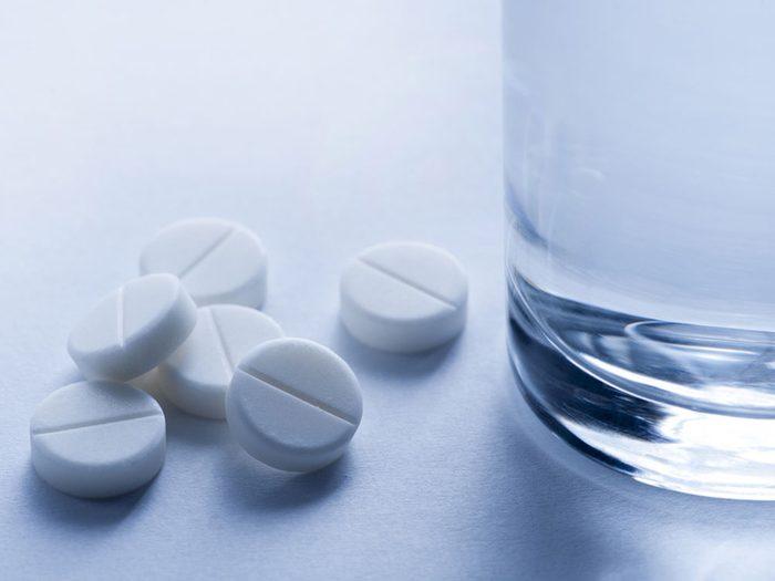 Combattre l'acné avec de l'aspirine.