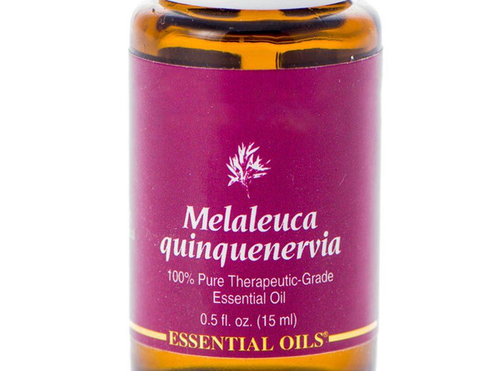 Guérir l'acné grâce à l'huile de melaleuca.
