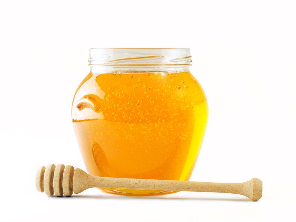 Combattre l'acné grâce aux propriétés antibactériennes du miel.