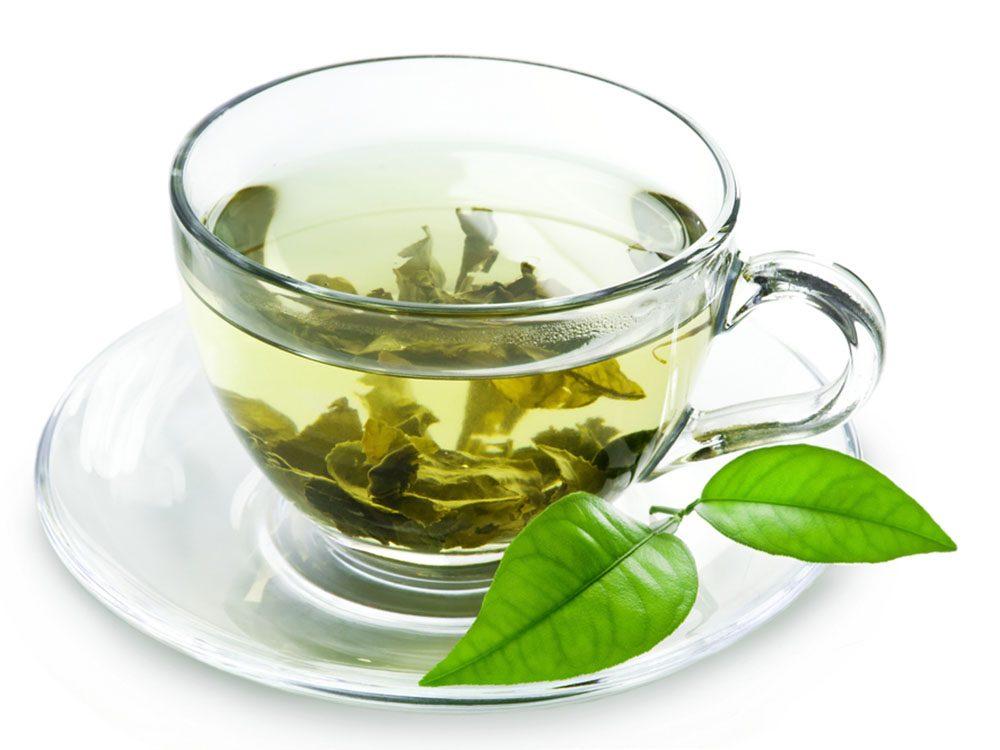 Guérir l'acné en se lavant le visage avec du thé vert refroidi.