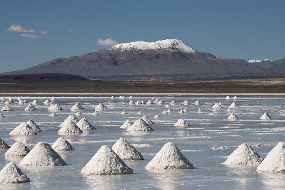 L'attraction touristique bizarre: le Salar de Uyuni en Bolivie.
